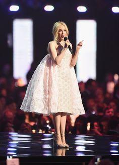 Pin for Later: Erlebt die 26 besten Momente der BRIT Awards mit diesen Fotos Kylie Minogue zog alle Augen auf sich in diesem Kleid . . .