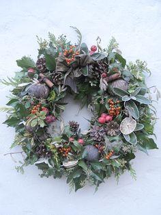 Harmony and design: TIPS DECO #27: CORONAS NAVIDEÑAS Christmas Door Wreaths, Christmas Flowers, Noel Christmas, Holiday Wreaths, Christmas Crafts, Winter Wreaths, Spring Wreaths, Summer Wreath, Wreaths And Garlands