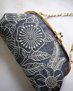 FLOWER-POUCH- great white on charcoal embroidery / broderie craie blanc sur noir bourse fleurs