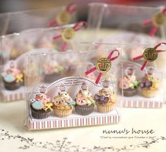 Cupcakes by Nunu's House for miniature dollhouse bakery. Miniature Crafts, Miniature Food, Miniature Dolls, Tiny Food, Fake Food, Polymer Clay Miniatures, Polymer Clay Crafts, Dollhouse Miniatures, Doll Food