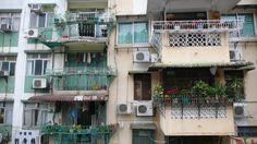 Apartment near Ruins of St. Paul's, Macao  성 바울 성당 잔해에서 광장으로 내려가는 계단 옆의 아파트. 내가 찍고 감탄한 색깔들
