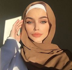 Random Super Pictures From The Interweb 895 – Hijab Fashion Modern Hijab Fashion, Street Hijab Fashion, Muslim Fashion, Modesty Fashion, Urban Fashion, Hijab Mode Inspiration, Hijabi Girl, Girl Hijab, Hijab Bride