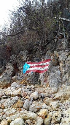 Nuestra bandera en la Peña de Crash Boat Beach Aguadilla.    Así quedó tras el paso del huracán Maria por Puerto Rico.