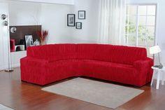 cortina branca em sala e sofá capa vermelha