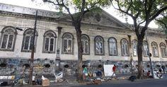 O asilo São Cornélio, localizado na rua do Catete, no bairro da Glória foi alugado para uma empresa que pretendia fazer um hospital, mas não recebeu autorização e está abandonado há seis anos. As famílias que ali moravam foram expulsas e, atualmente, está fechado