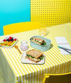 Sandwich aux œufs, bacon et oignons marinés | Recettes d'ici Sandwich Croque Monsieur, Oeuf Bacon, Food Photography, Sandwiches, Lunch, Bread, Party Recipes, Wraps, Photoshoot