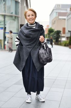 Shinomiya_san -- I love to see women who can look great in sneakers and other un-chic shoes. Mature Fashion, 60 Fashion, Japan Fashion, Fashion Over 50, Timeless Fashion, Womens Fashion, Fashion Tips, Looks Style, Casual Looks