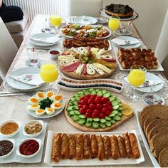 Breakfast Presentation, Food Presentation, Yummy Appetizers, Appetizer Recipes, Tapas, Turkish Breakfast, Arabic Breakfast, Breakfast Platter, Food Decoration