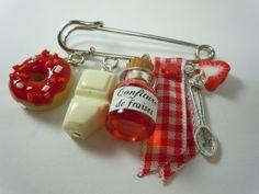 broche gourmande en pâte polymère- donut fraise, confiture, mini tablette choc blanc