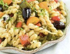 L'insalata di pasta con verdure estive grigliate viene realizzata cuocendo la pasta, facendola raffreddare, quindi grigliando le zucchine e i peperoni. Sminuzzeremo tuttte le verdure in cubetti, le aggiungeremo alla pasta, saleremo e peperemo, quindi serviremo a temperatura ambiente.
