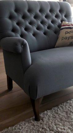 """Interieur Arjan & Bernadet, Arnhem: landelijke fauteuil gecapitonneerd van """"Het Kabinet"""". 1 z'on stoel zorgt voor sfeer in de ruimte, dan wordt het nog steeds niet klassiek. Wil jij ook advies over jouw interieur, ga naar mixinstijl.nl"""