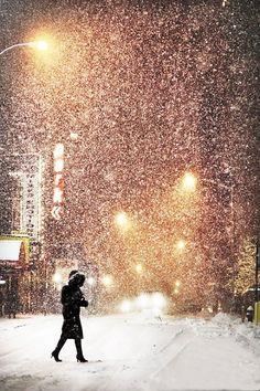 New York City: Peaceful walking under the snow by Christophe Jacrot. Winter Szenen, I Love Winter, Winter Magic, Winter Christmas, Winter Night, Winter Walk, Snow Night, Thanksgiving Holiday, Christmas Lights