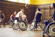 """En la Fiesta de la banca con valores, los jugadores del BSR Bilbao no solo respondieron a la pregunta """"¿Cómo se juega al baloncesto en silla de ruedas?"""" sino que nos lo mostraron y nos animaron a participar. Aprendimos cómo el deporte se puede vivir más allá de cualquier barrera."""