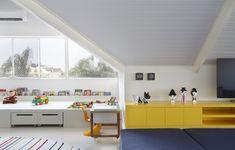 O terceiro andar dessa casa foi transformado em uma brinquedoteca organizada e perfeita para toda a família deitar e rolar. Projeto de AMANDA MIRANDA.