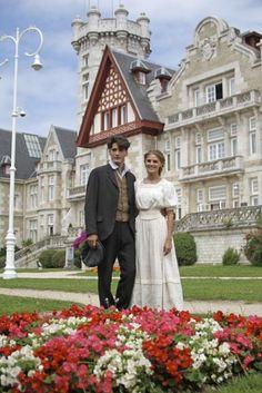 Amaia Salamanca y Yon González se visten de época en Gran Hotel, la nueva serie que rueda Antena 3 en el palacio de la Magdalena, en Santander