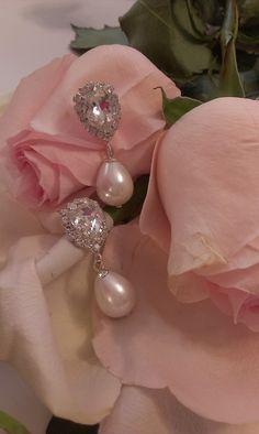 Το κούμπωμα των σκουλαρικιών είναι από κρύσταλλα swarovski σε διάφανη απόχρωση. Η πέρλα είναι εξαιρετικής ποιότητας. Το μέταλλο είναι επάργυρο nickel free , υποαλλεργικό.  Ύψος : 4 εκατοστά  Κωδικός: 0012439 Swarovski, Pearl Earrings, Brooch, Pearls, Jewelry, Pearl Studs, Jewlery, Jewerly, Brooches