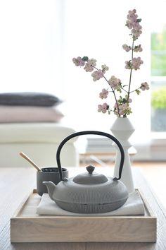 Teezeit... Tee Kunst, Japanese Interior, Japanese Bedroom, Tea Culture, Japanese Tea Ceremony, Chinese Tea, Tea Art, My Cup Of Tea, Kitchen Items