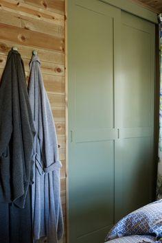 Ønsker du mer farge på hytta men ikke en heldekkende farge på veggen? Ta utgangspunktet i skapdørene på soverommet, vi har malt de med den lekre grønnfargen Green Leaf fra Jotun. #hytte#innredning#skap#grønn#gjørdetselv#maling#farge#soverom#ideer#inspirasjon#lunt#inspiration#green#bedroom#Fargerike Armoire, Bedroom, Green, Closet, Furniture, Home Decor, Clothes Stand, Decoration Home, Room Decor