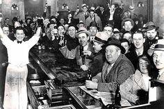 """5 de diciembre de 1933. Celebración en un bar del fin de la ley seca, un """"noble experimento"""" que iba a traer una nación mejor erradicando de Estados Unidos """"el demonio de la bebida"""". En realidad fue al revés: durante los trece años que la ley estuvo vigente, cientos de miles de bares candestinos continuaron sirviendo alcohol por todo el país y el crimen organizado floreció como nunca."""
