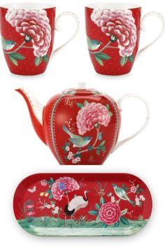 Πορσελάνινες κούπες κόκκινου χρώματος από την Pip Studio διακοσμημένες παντού με εξωτικά λουλούδια, ένα πουλί και χρυσές λεπτομέρειες στο τελείωμα. Pip Studio, Cool Gifts, Tea Pots, Gift Ideas, Mugs, Tableware, Dinnerware, Tumblers, Tablewares