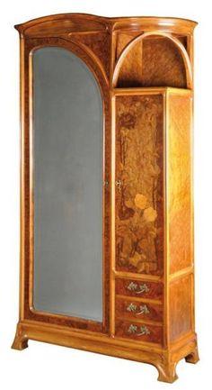 LOUIS MAJORELLE (1859-1926) Exceptionnelle armoire en hêtre et placage de loupe de noyer à caisson cubique surmonté d'une corniche galbée moulurée, ouvrant en façade par une porte latérale donnant sur… - Aguttes - 22/06/2012