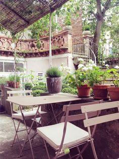 #Terrasse avec table et chaises #Bistro #Fermob couleur #Muscade www.fermob.com / #outdoor