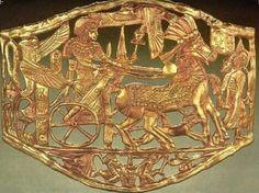 placca d'oro che raffigura il sovrano Tutankhamon sul suo carro, al ritorno da una campagna militare.
