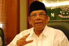 Pidato Hasyim Muzadi yang Hebat abis ! politics, Tombo Ati 11:45 PM  http://2.bp.blogspot.com/-kSXhhS4z8RA/TzuIwVovQ6I/AAAAAAAABsw/WOH1KAyANsI/s1600/hasyim-muzadi1.jpg   Pidato mantan Ketua Umum Pengurus Besar Nahdlatul Ulama (PBNU) KH HAsyim Muzadi beredar luas melalui pesan berantai BlackBerry Messenger dan media sosial seperti Facebook dan blog.   Pidato yang heboh itu berisi pandangan mantan pemimpin organisasi Islam terbesar di Indonesia itu mengenai sejumlah isu kontroversial seperti…
