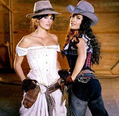 """Penélope Cruz es una de las mejores amigas de Salma Hayek. Las dos se unieron en """"Bandidas"""" para robar bancos. La película tuvo muy poca repercusión, pero afianzó una amistad que dura hasta hoy. Hace unos días las vieron junto a Tom Cruise saliendo de un restaurante londinense. ¿Estarán preparando una nueva película?"""