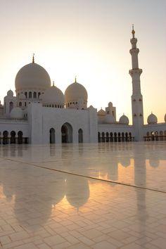 Der Besuch der Sheikh Zayed Moschee in Abu Dhabi ist absolute Pflicht, denn sie gehört nicht nur zu Beautiful Mosques, Beautiful Buildings, Beautiful Places, Abu Dhabi, Mecca Wallpaper, Islamic Wallpaper, Mekka Islam, Places To Travel, Travel Destinations