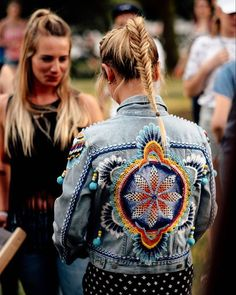 Festival style boho denim jacket with tribal print on the back. Estilo Hippie, Hippie Boho, Boho Gypsy, Bohemian, Diy Fashion, Ideias Fashion, Embroidered Jeans, Mode Inspiration, Diy Clothes