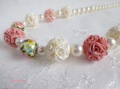桜を思わせる淡いピンクと穢れのない真っ白の組み合わせ。春にぴったりのネックレスです。ロザフィの薔薇は「ジュリア」という球体の形を7玉。ピンクのジュリアは濃淡2... ハンドメイド、手作り、手仕事品の通販・販売・購入ならCreema。