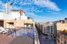 Rustige omgeving, maar toch vlakbij het centrum van Barcelona: verblijf in het moderne en artistieke hotel H10 Art Gallery. Het hotel heeft een erg eigentijdse inrichting en alles is modern, strak en fris. Ontdek het buitenzwembad op het dakterras. Begin de dag vol energie met een ontbijt om van te smullen in het Modern art restaurant. Even ontspannen met een drankje op het L'Olivera Terras. Klinkt dit goed in de oren? Dan is H10 Art Gallery de perfecte uitvalsbasis voor een stedentrip!