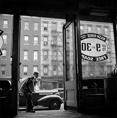 24 Stunning Photographs Taken by Stanley Kubrick That Capture Street Scenes of New York City in the ~ vintage everyday Lower Manhattan, New York Street, New York City, Stanley Kubrick Photography, Ville New York, Rockefeller Center, Film Director, Vintage Photographs, Rare Photos
