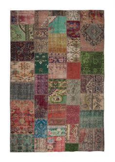 Authentiek patchwork vloerkleed in originele kleuren. FTWL brengt je de mooiste geverfde tapijten en patchwork tapijten. Check de collectie voor alle gekleurde tapijten! Alle kleuren vloerkleden leverbaar. -