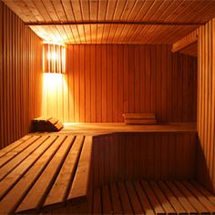I love the heat of the sauna. It's so peaceful inside and so very relaxing. One day I'm going to have a sauna in my home! Pallet House, Hard Workout, Steam Room, Cozy Cabin, Saunas, Warm Outfits, Safety Tips, Small Rooms, Health Benefits