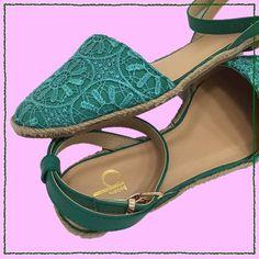 Encaje en las sandalias da un toque feminino.