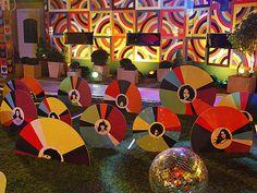 Ícones da música no detalhe dos discos coloridos que decoram o ambiente