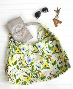 This tea towl origami bag sewing tutorial is simple and can be customized to any holiday, season, or event! Perfect for a quick project! Origami Tote Bag, Towel Origami, Fabric Origami, Origami Folding, Sewing Hacks, Sewing Tutorials, Sewing Projects, Sewing Tips, Sewing Ideas