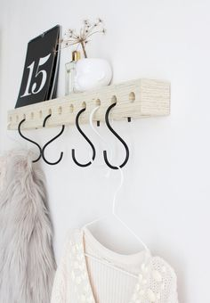 With this wooden coat rack you save space in your hall - Hallway Inspiration, Interior Inspiration, Diy Wanddekorationen, Decoration Hall, Deco Cool, Ideias Diy, Diy Interior, Inspirational Gifts, Home And Living