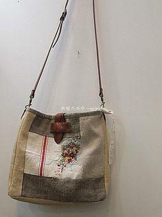 햄프린넨 가방 ~ : 네이버 블로그 Patchwork Bags, Quilted Bag, My Bags, Purses And Bags, Hand Embroidery Flowers, Techniques Couture, Embroidered Bag, Vintage Textiles, Cotton Bag
