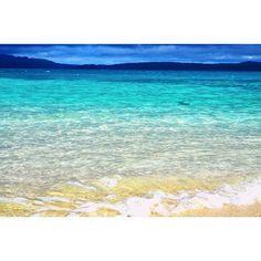 【haruco_03】さんのInstagramをピンしています。 《〜🌺沖縄🌺〜 曇ってたけど太陽がでてきて 海が透き通った瞬間😂 #沖縄#古宇利島#海#sea#景色#青 #透明#きれい#旅行#12月#山 #エメラルドグリーン #穏やか#美しい#晴れ#曇り #女子3人旅#カメラ女子#仲間入り #nikond5300》