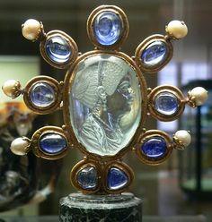 Acquamarina inciso (Roma, 1 ° secolo dC) la cornice è d'oro con zaffiri e perle (Scuola del Palazzo di Carlo il Calvo, 9 ° secolo).  Nel centro della gemma, c'è il ritratto di Julie, figlia di Tito. L'intaglio è stato arricchito da una cornice e collocata nel tesoro di St. Denis. http://la-duchessa.blogspot.it/2011_09_01_archive.html#