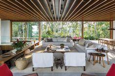 """Pensada como uma casa de praia em sua essência, esta """"casa-varanda"""" ou """"casa-pérgula"""" possui grandes beirais e poucas paredes."""