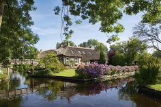 Giethoorn, Nederländerna Tree Branches, Gazebo, Beautiful Places, Art Pieces, Outdoor Structures, Cabin, House Styles, World, Denmark
