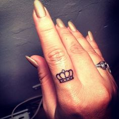 Thinking about getting some finger tattoos? We love this crown tattoo design. Want more tattoo ideas? Discover more finger tattoos, and get all your inkspiration here. Finger Tattoo Designs, Crown Finger Tattoo, Small Crown Tattoo, Tiny Finger Tattoos, Finger Tattoo For Women, Finger Tats, Small Tattoos, Ring Finger, Crown Tattoos For Women