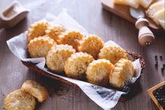 I biscotti con parmigiano e pecorino sono uno sfizioso finger food salato ideale per un pranzo tra amici o come aperitivo delle feste!