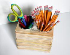 Vous ne voulez pas jeter un vieux livre ? Voici comment le transformer en pot à crayons qui trônera sur le bureau.