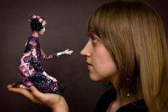 Фарфоровая кукла в понимании большинства людей - кукла статичная. Но художница Марина Бычкова (Marina Bychkova) своим творчеством смогла доказать обратное: ее шарнирные фарфоровые куклы Enchanted Dolls более подвижны и реалистичны, чем шарнирные полиуретановые, пластиковые и виниловые коллекционные куклы.