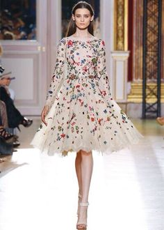 J'adore this Zuhair Murad dress! Reminds me of confetti! Zuhair Murad, Haute Couture Style, Look Fashion, Runway Fashion, High Fashion, Beautiful Gowns, Beautiful Outfits, Couture Collection, Mode Style